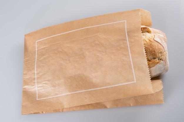 Hogaza de pan en una bolsa de papel grocey en estilo europeo