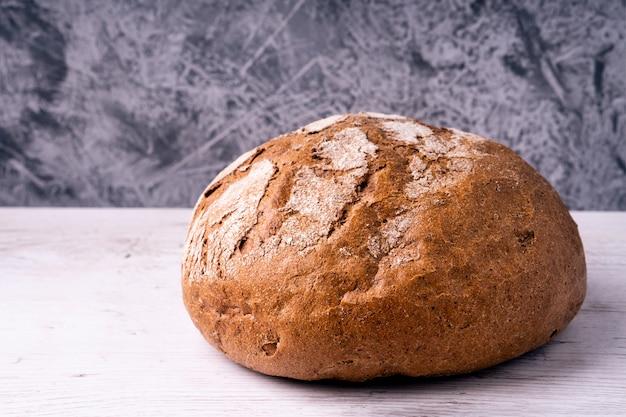 Hogaza de pan casero de centeno, estilo rústico para el desayuno. producto natural.