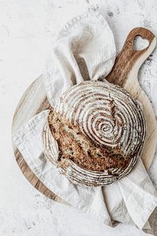 Hogaza de pan casero sobre tabla para cortar madera