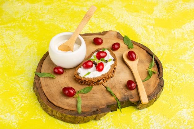 Hogaza de pan con crema agria en amarillo