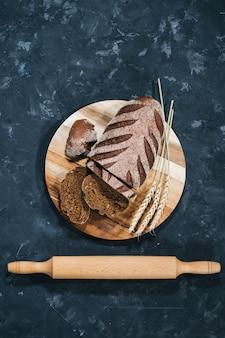 Hogaza de pan fresco en rodajas