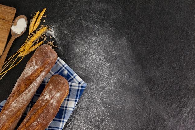 Hogaza de pan con granos de trigo y harina