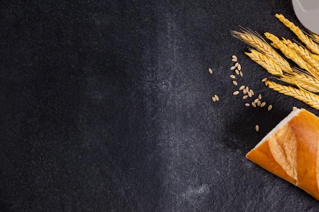 Hogaza de pan con granos de trigo