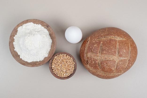 Hogaza de pan con huevo cocido y granos de avena