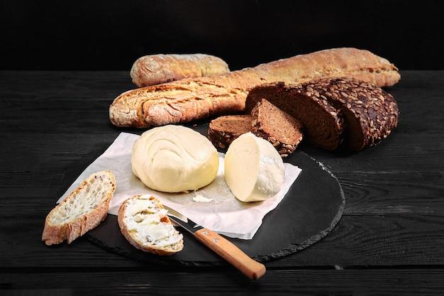 Hogaza de pan con mantequilla y cuchillo