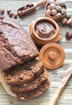 Hogaza de pan de plátano y chocolate con crema de chocolate