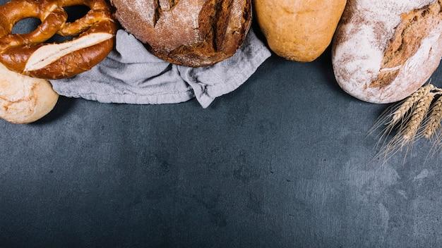 Hogaza de panes horneados en el mostrador de la cocina negro
