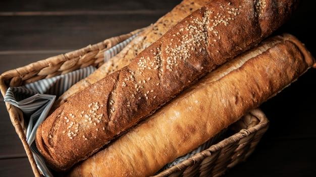 Hogazas de pan crujiente en una canasta