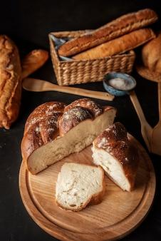Hogazas de pan crujiente y rebanadas