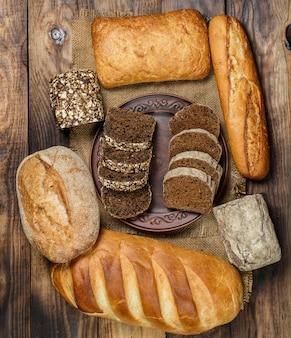 Hogazas de pan fresco con trigo y gluten en una mesa de madera