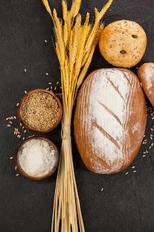 Hogazas de pan con granos de trigo y harina