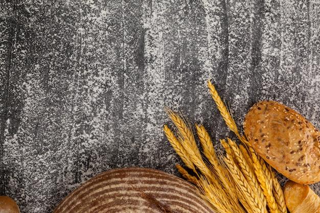 Hogazas de pan con granos de trigo