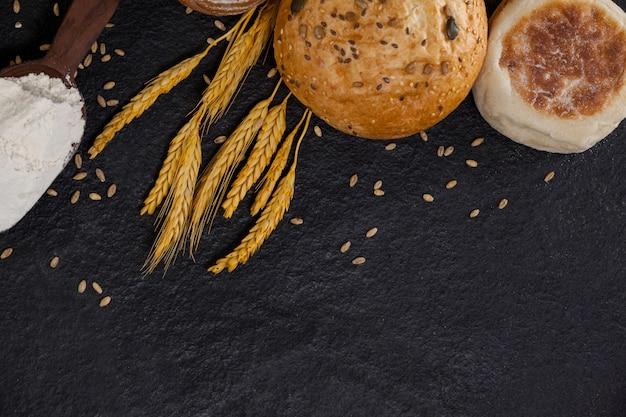 Hogazas de pan con harina y granos de trigo