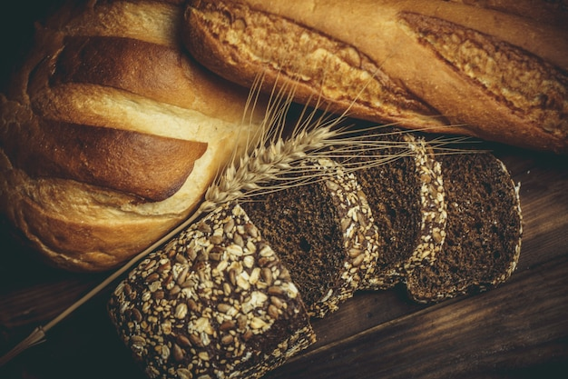 Hogazas de pan con trigo y gluten en una mesa de madera