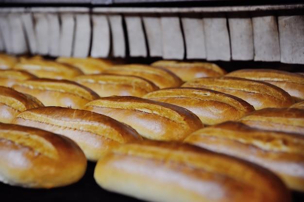 Las hogazas salen del horno en la panadería.