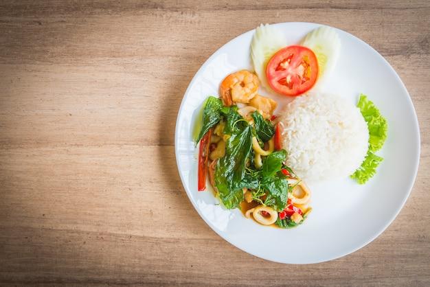 Hoja de albahaca frita picante con mariscos y arroz