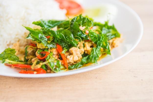 Hoja de albahaca frita picante con pollo y arroz