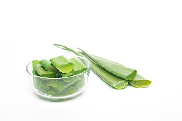 Hoja de aloe vera sobre fondo blanco, concepto de alimentación saludable