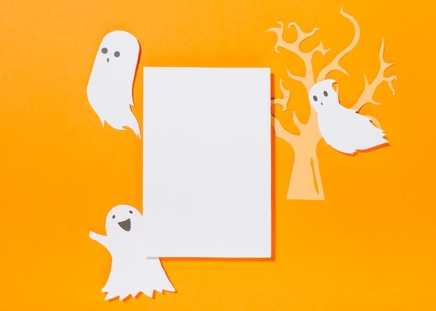 Hoja blanca con árbol de papel y fantasmas