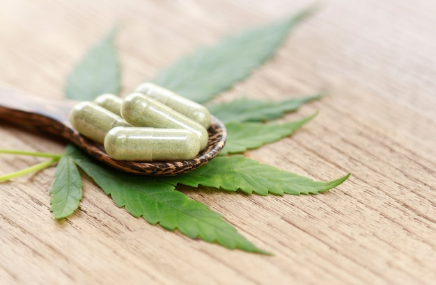 Hoja de cannabis con polvo de hierbas para remediar.