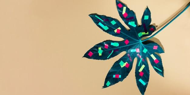 Hoja de castaño plana con formas pintadas de colores y espacio de copia