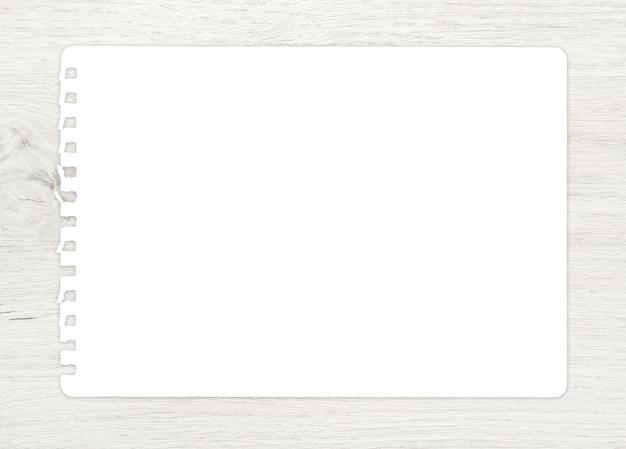 Hoja del libro blanco en la madera para el fondo.