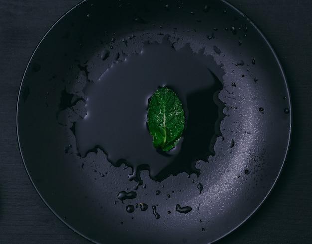 Hoja de menta en un vaso