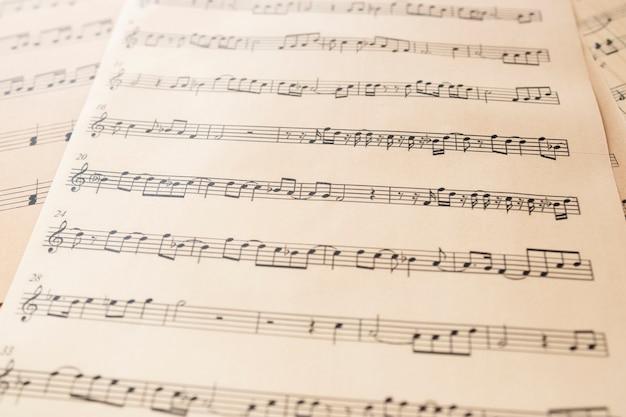 Hoja de música de primer plano con notas
