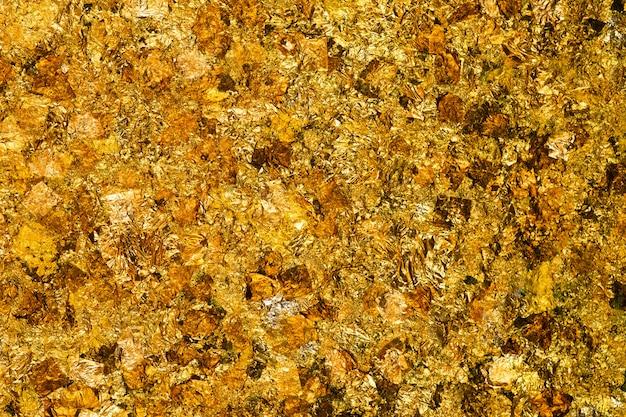 Hoja de oro amarillo brillante o trozos de fondo de lámina de oro
