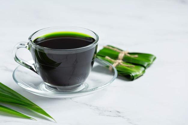 Hoja de pandan verde fresco en la mesa