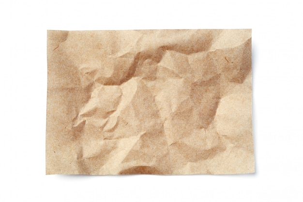 Hoja de papel arrugado de color beige aislada en blanco