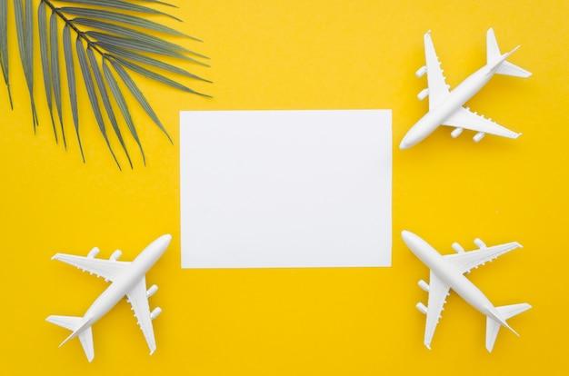 Hoja de papel con aviones alrededor