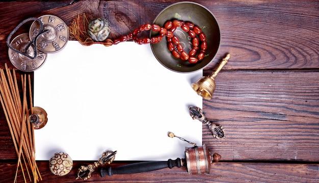 Hoja de papel blanca entre instrumentos religiosos musicales.
