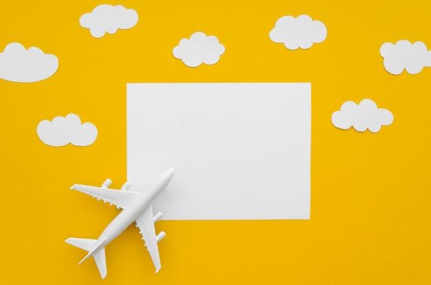 Hoja de papel en blanco con avión