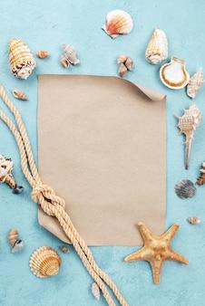 Hoja de papel en blanco con cuerda náutica