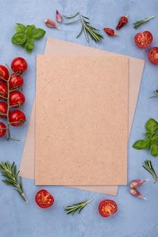 Hoja de papel en blanco con marco de ingredientes