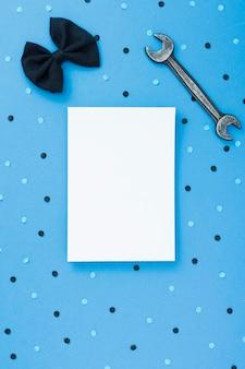 Hoja de papel en blanco con pajarita