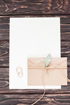 Hoja de papel en blanco con regalo