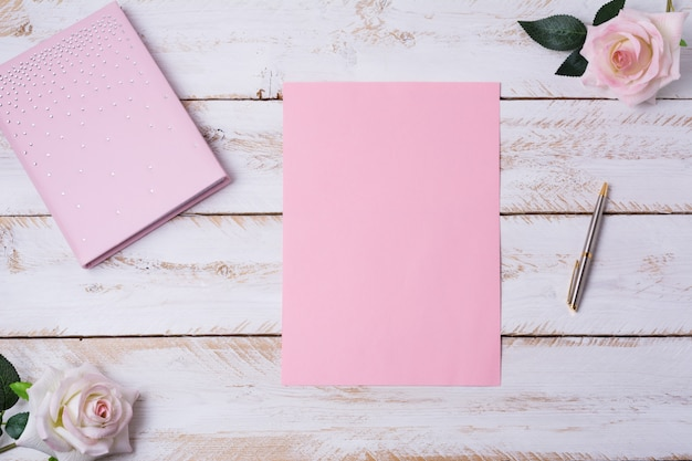 Hoja de papel en blanco con rosas