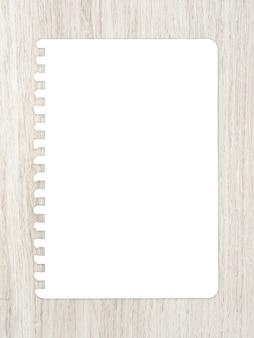 Hoja de papel blanco sobre madera para ackground.