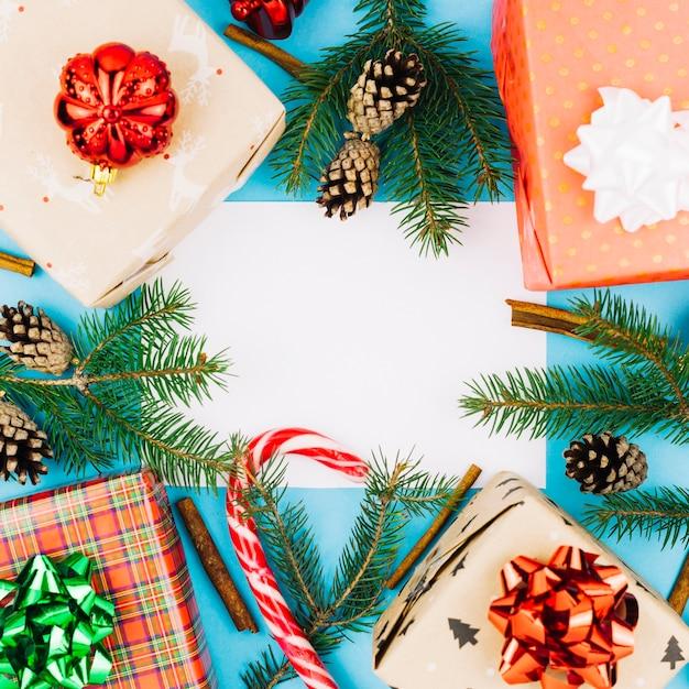 Hoja de papel con cajas de regalo.