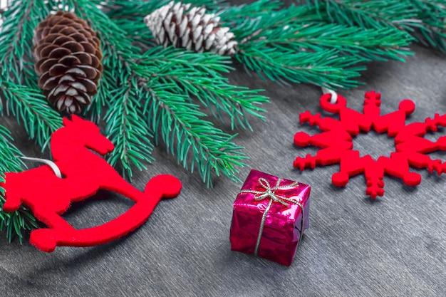Hoja de papel entre decoraciones. concepto de año nuevo maqueta para tu arte o letras a mano