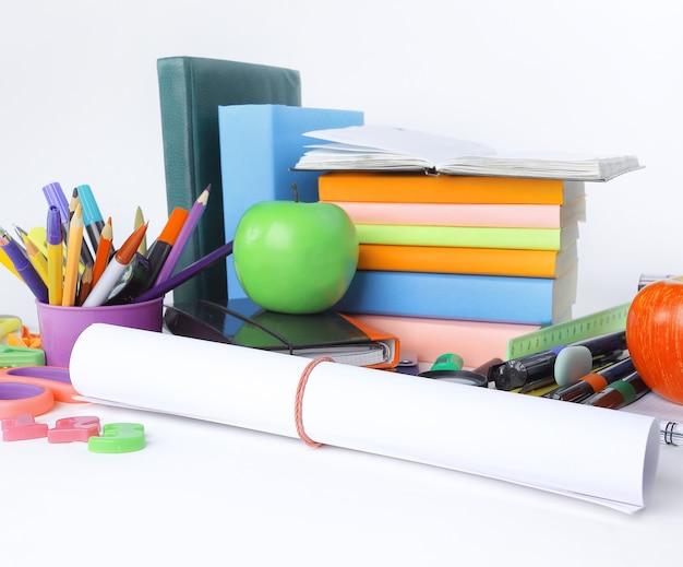 Hoja de papel de dibujo y útiles escolares