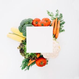 Hoja de papel encima de verduras