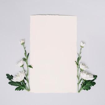 Hoja de papel con flores pequeñas en mesa
