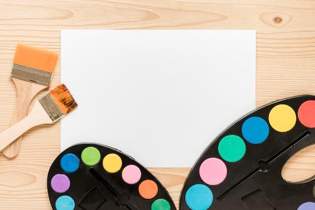 Hoja de papel y herramientas para pintar artistas