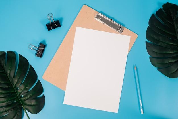 Hoja de papel maqueta aplanada a4 con portapapeles