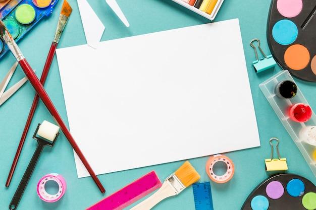 Hoja de papel y marco de herramientas de pintura de artista