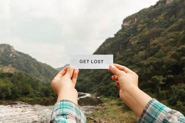 Hoja de papel con mensaje de perderse