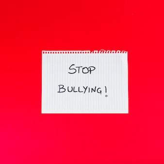 Hoja de papel con las palabras stop bullying